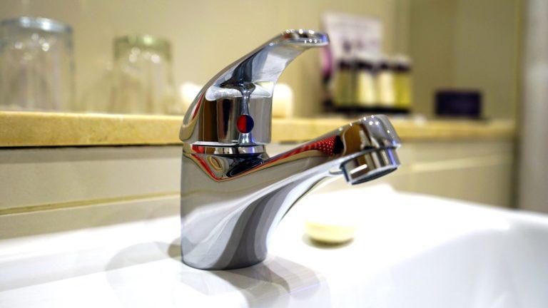 Tot tipus d'aixetes: per a banys, sanitaris, columnes de dutxa, banyeres d'hidromassatge, etc...